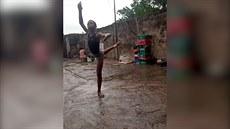 11letý nigerijský chlapec tančí balet v dešti, video se stalo hitem