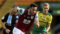 Dwight McNeil (vlevo) z Burnley uniká Toddu Cantwellovi z Norwiche.