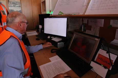 Provozní ředitel zkušebnictví Miloš Klofanda předvádí údaje získané v prvních...