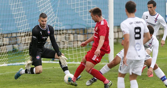 Pavel Halouska, brankář druholigové SK Líšeň, v akci v zápase proti Třinci.