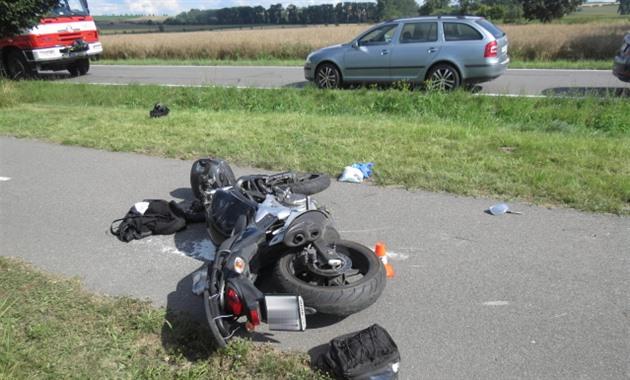 Řidič kamionu vytlačil předjíždějícího motorkáře, od vážně zraněného ujel