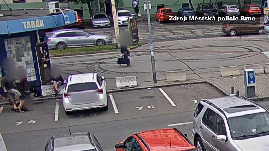 Muž při hádce na ulici kopal ženu do hlavy, napadení zachytila kamera