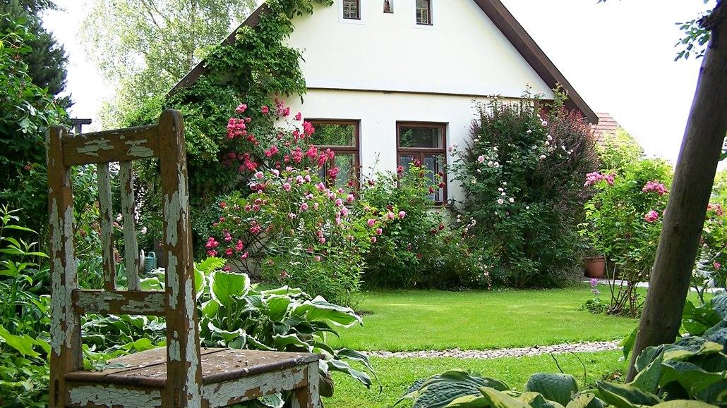 Rozkvetlá zahrada plná pokojíčků, kterou vybudovali s citem a vášní