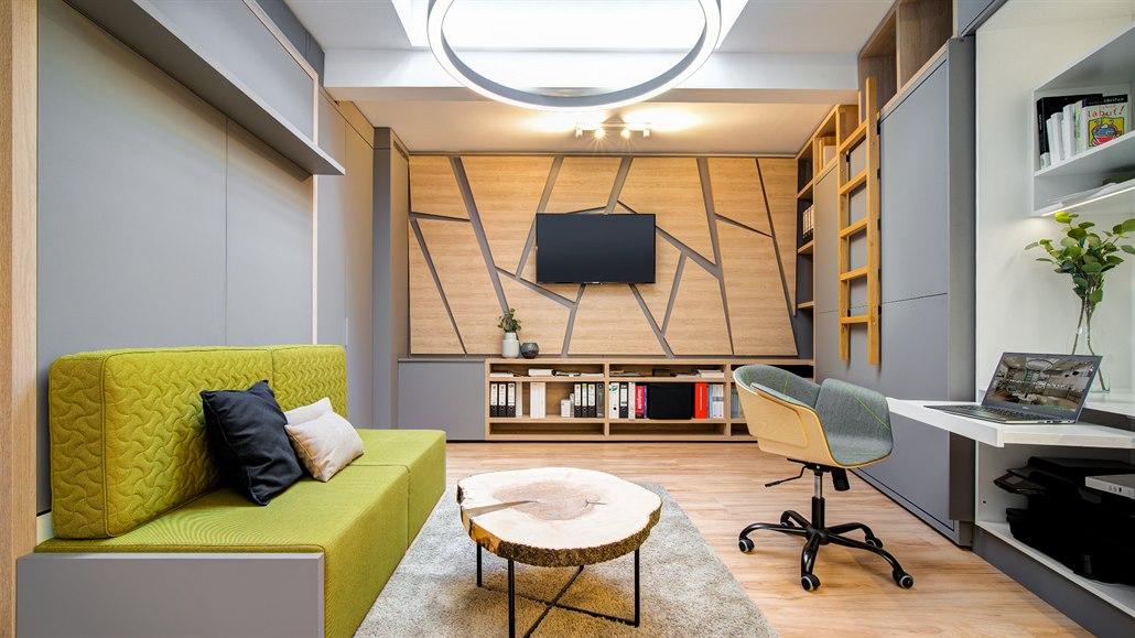 Prostor je do posledního místa využitý. Velmi pomáhá výsuvný a sklopný nábytek.