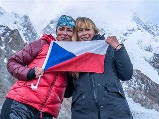 Jana Počtová (vpravo) a Klára Kolouchová při natáčení filmu K2 vlastní cestou