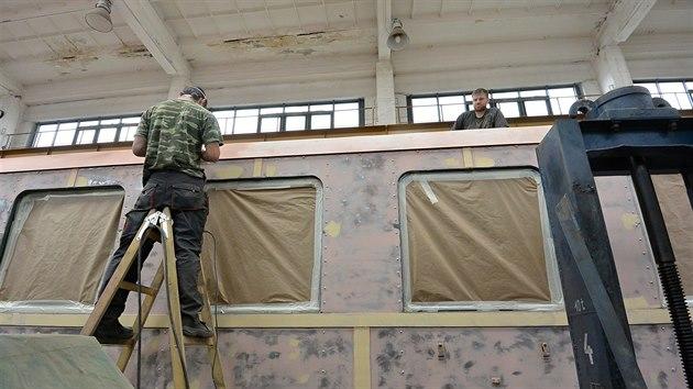 Renovátoři z Muzea starých strojů a technologií v Žamberku pracují na obnově unikátních vagonů ze Švýcarska.