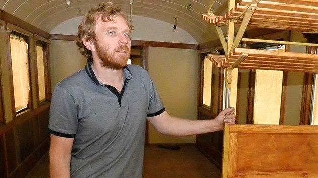 Na citlivou renovaci dohlíží předseda Muzea starých strojů a technologií v Žamberku Michal Bednář.