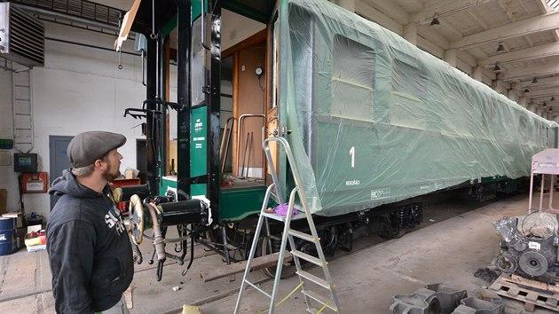 Vagon 1. a 2. třídy zvenku zdobí již nový lak.