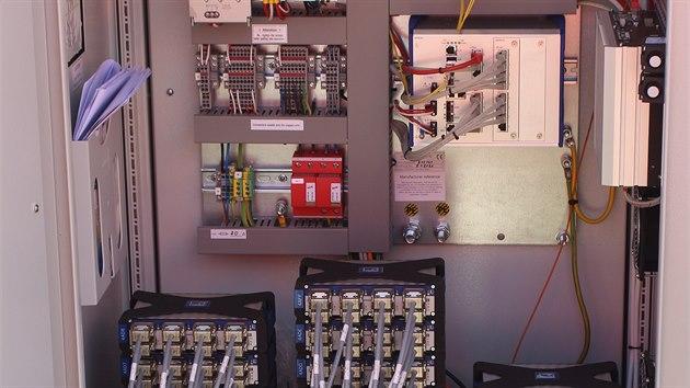 Průmyslový počítač sleduje v reálném čase pomocí mnohakanálového monitorovacího systému signály ze všech čidel na měřeném úseku tratě, po průjezdu vlaku generuje protokol informující o hodnotách sledovaných parametrů všech vozidel které projely a v případě abnormalit tvaru kol o nich podrobně informuje.