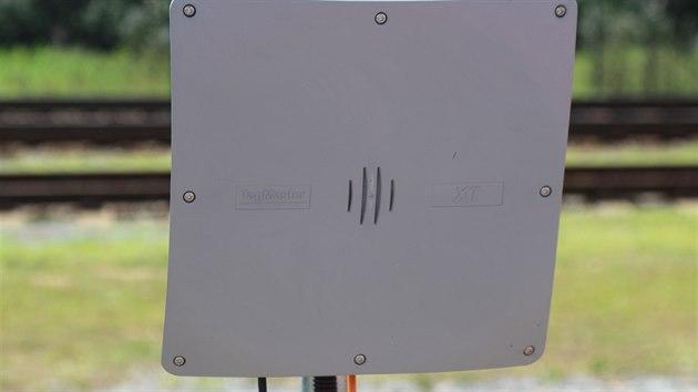 Čtečka  RFID identifikuje vůz projíždějící úsekem.