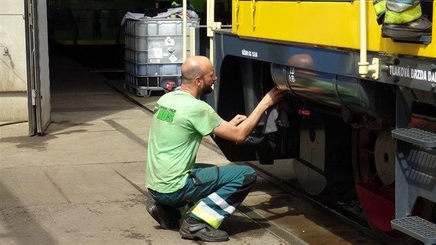 """Před zkušební jízdou se musela  """"Rakušanka"""", lokomotiva T426.003, řádně naleštit."""