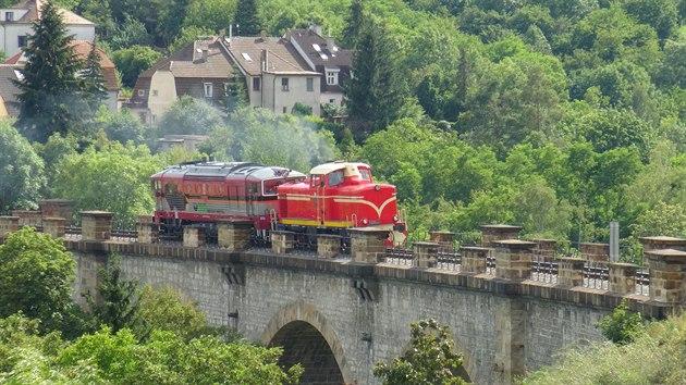 Lokomotiva T426.003 během zkušební jízdy na viaduktu přes Prokopské údolí