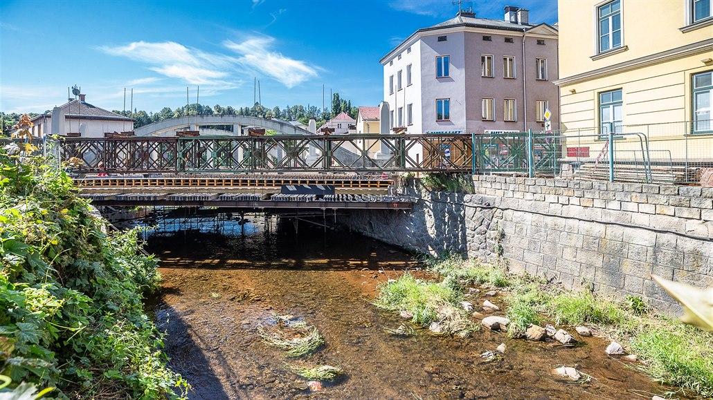 Královéhradecký kraj opravuje průtah Hostinným včetně historického mostu přes...