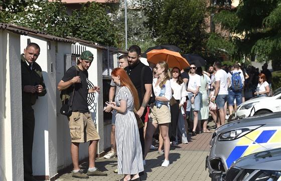 Bìlorusové èekají ve frontì pøed ambasádou Bìloruska v Praze, kde hlasovali v...