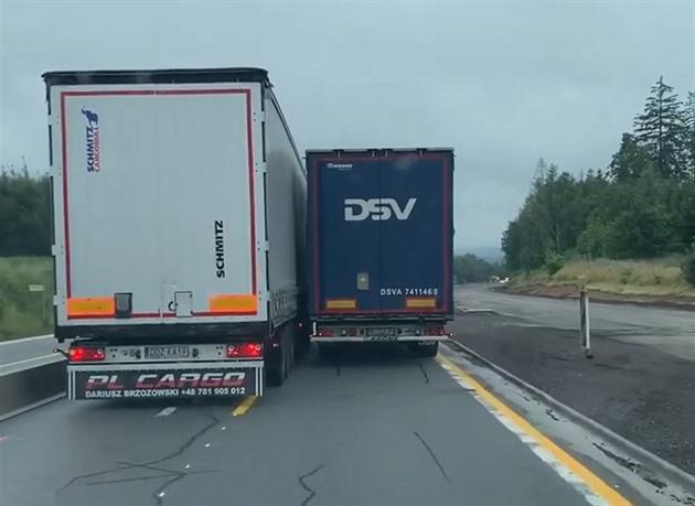 VIDEO: Polský kamion nezpomalí ani úzký levý pruh na rozkopané D1