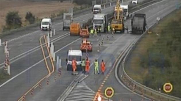 Na D8 u Lovosic shořel kamion, nehoda blokovala dálnici deset hodin