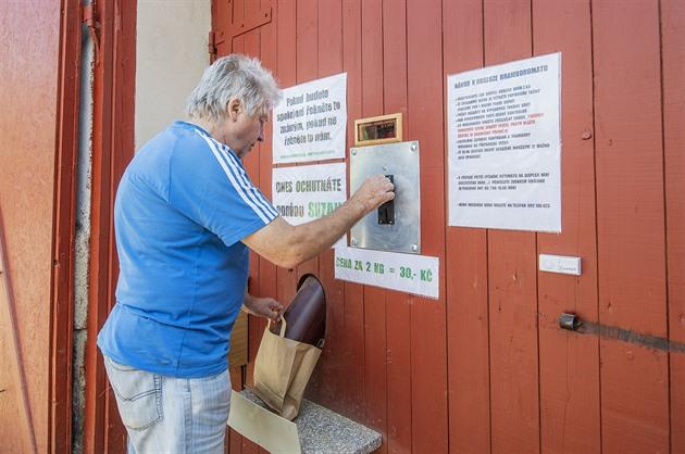 V šumavské vesnici rozjeli automat na brambory, denně jich prodá metrák