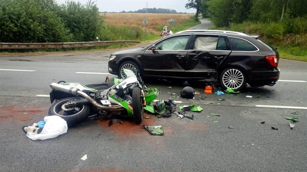 Na Chomutovsku se auto srazilo se dvěma motorkáři, jeden z nich zemřel