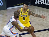 Kyle Kuzma z Los Angeles Lakers brání Chrise Paula z Oklahoma City Thunder.