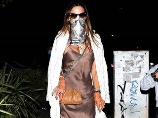 Modelka Alessandra Ambrosio se obléká jednoduše, ale chic.