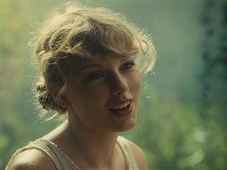 Taylor Swift v klipu na píseň Cardigan z desky Folklore (2020)