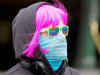 Obyvatel australského města Melbourne dodržuje nařízení nošení roušek na...
