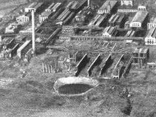 Pohled na areál továrny v Oppau se zhruba stometrovým kráterem po skladu hnojiv