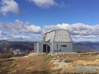 Bývalá vojenská radiostanice stojí ve výšce kolem 900 metrů nad mořem.