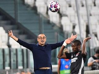Maurizio Sarri, trenér fotbalového Juventusu, rozhazuje rukama při zápase Ligy...