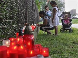 Lidé zapalují svíčky na pietním místě v Bohumíně k uctění obětí požáru bytu...