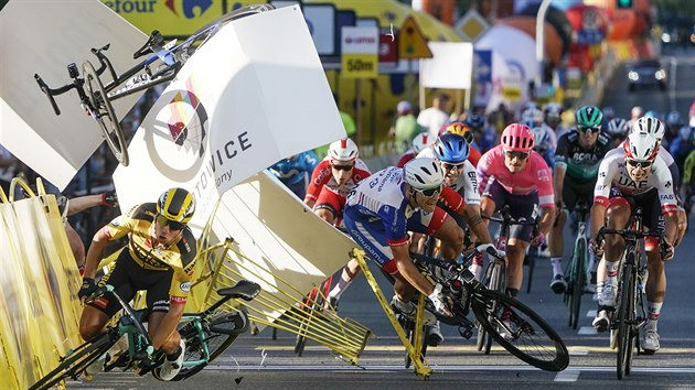Kolo Fabia Jakobsena (vlevo) a padající Dylan Groenewegen po kolizi v první...