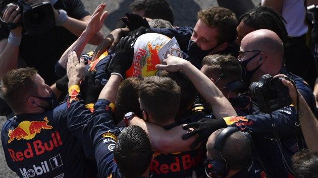 Max Verstappen slaví s èleny tımu Red Bull triumf ve Velké cenì k 70. vıroèí F1...