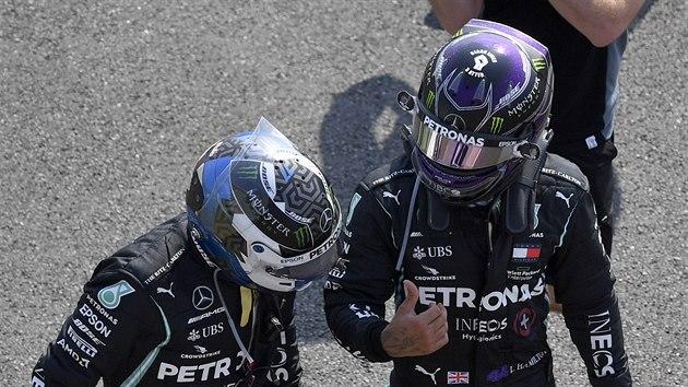 Lewis Hamilton a Valtteri Bottas po Velké cenì k 70. vıroèí F1 v Silverstonu.