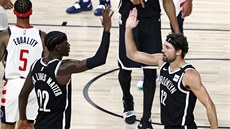 Basketbalisté Brooklyn Nets Caris LeVert (22) a Joe Harris (12) slaví v utkání...