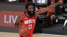 Do útoku! velí James Harden z Houstonu v zápase s Dallasem.