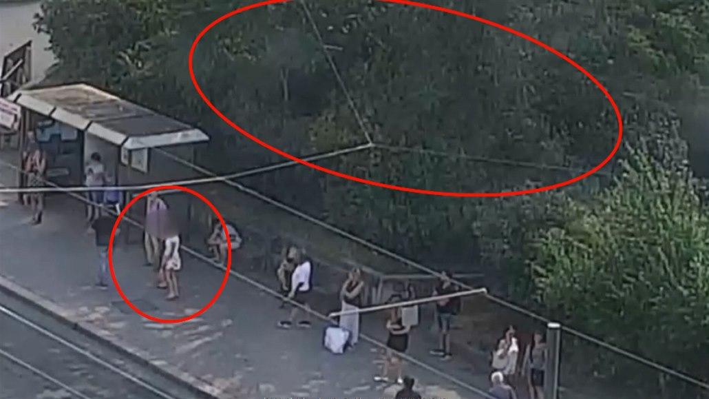 Onanista zíral na lidi na zastávce, po kilometrovém útěku ho chytili strážníci