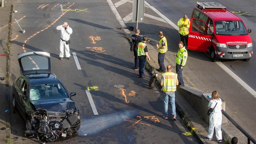 Výchova šokem: policie vytáhla čumila z auta, aby si prohlédl mrtvolu