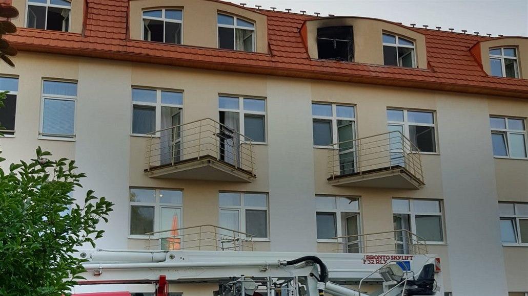 Seniorka zemřela při požáru v domově ve Mšeně, ošetřovatelka je zraněná