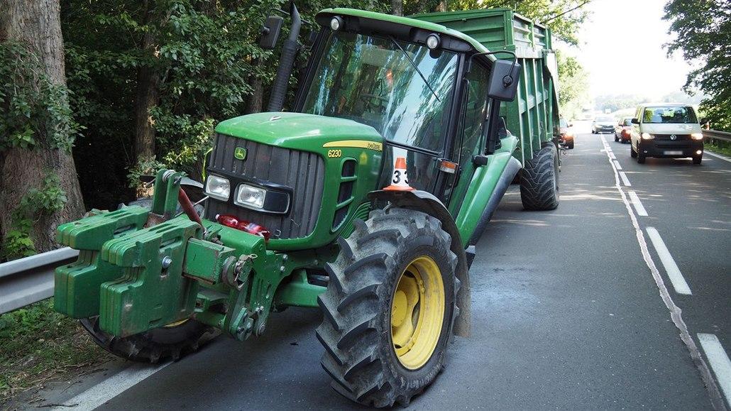 Traktoru za jízdy odletělo zadní kolo, stroj poničil desítky metrů silnice