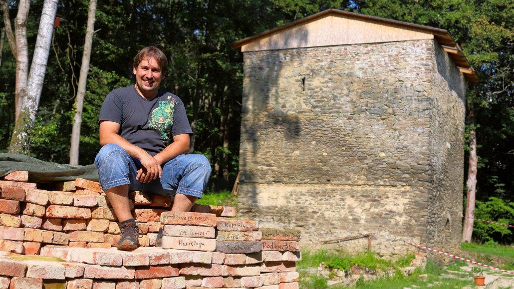 Nadšenec v zaniklé obci obnovuje středověkou tvrz, shání staré cihly