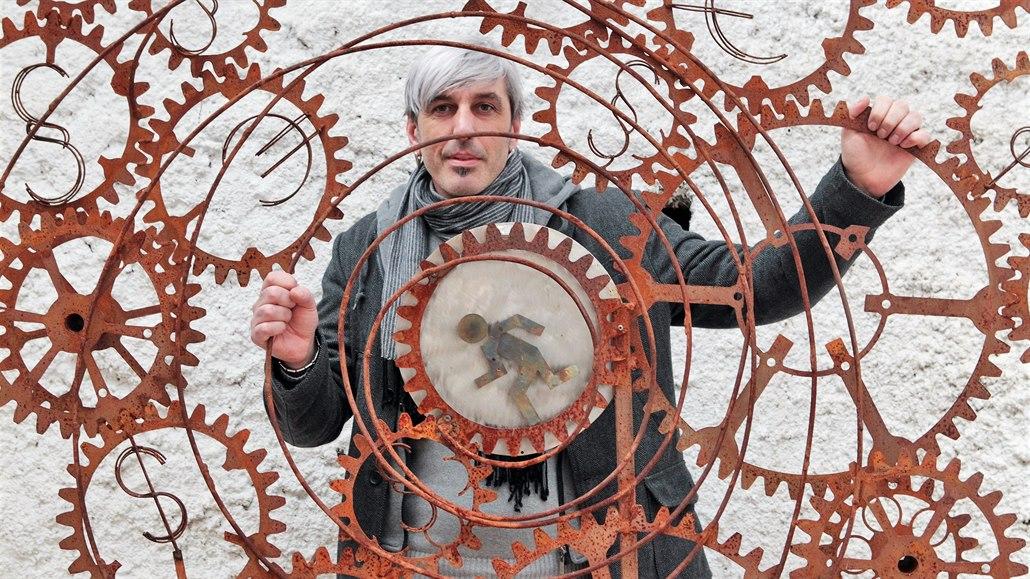 Sochař Tomáš Dolejš vystavuje svoje monumentální kovové svařence v Praze