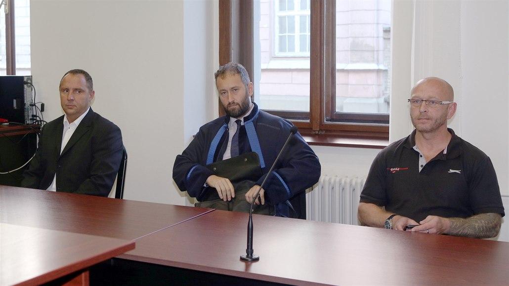 Soud nevěří výpovědi utajeného svědka. Obviněné z uvláčení muže zprostil