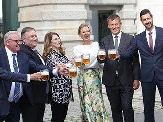 Americký ministr zahraničí Mike Pompeo si připíjí pivem s českým protějškem...