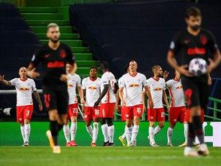 Fotbalisté Lipska slaví branku, zatímco hráči Atlétika Madrid zklamaně nesou...