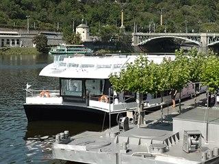 V Praze bude turisty vozit bezemisní loď na elektrický pohon