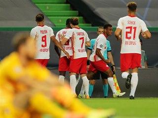 Fotbalisté německého Lipska včetně Patrika Schicka slaví gól ve čtvrtfinále...