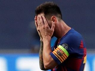 Zklamaný Lionel Messi, kapitán Barcelony, během čtvrtfinálového boje Ligy...