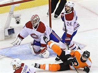 Brankář Montrealu Carey Price zasahuje v zápase proti Philadelphii.