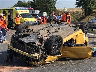 Nehoda na dálnici D7 skončila s jedním autem na střeše. Tři lidé jsou zranění....