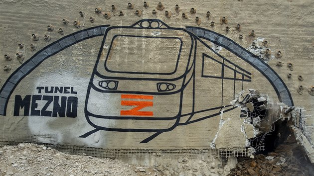Stavbaři v Meznu na Benešovsku prorazili poslední část 840 metrů dlouhého železničního tunelu na trati Sudoměřice - Votice. (14. srpna 2020)